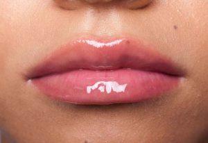 dudakları dolgun gösteren makyaj